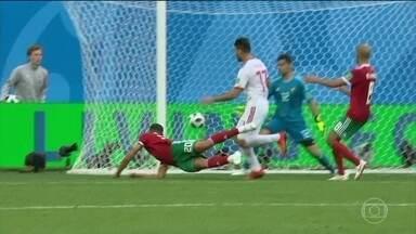 Irã e Marrocos se encontram em duelo histórico na Copa do Mundo - Irã e Marrocos, que romperam relações diplomáticas há 45 dias, se enfrentaram nessa sexta-feira (15). Irã fez 1 a 0 nos últimos minutos do jogo. Essa tarde tem disputa ibérica: Espanha e Portugal.