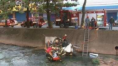 Polícia tenta identificar vítimas de acidente em avenida em Ribeirão Preto, SP - Carro despencou no córrego Retiro Saudoso na manhã desta sexta-feira (15).