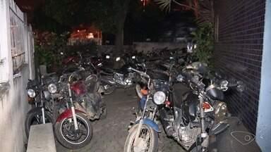 Motos apreendidas ficam acumuladas em delegacia de Cariacica, no ES - Por toda frente da delegacia estão 112 motos. Veículos já estão com peças enferrujadas.