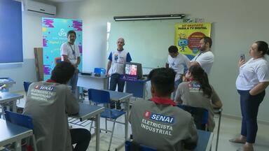 Alunos do curso de eletricista industrial do Senai RR têm aula sobre kit digital - Estudantes vão trabalhar nos próximos mutirões de entrega do conversor de TV analógica para o digital.