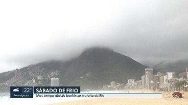 Ressaca arrasta contenção feita pela prefeitura na orla do Recreio - Na Zona Sul, algumas pessoas foram à praia com esse tempo chuvoso e frio, mas só para apreciar a paisagem e praticar esporte.