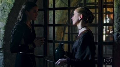 Catarina pede que Lucíola chame Virgílio - A Rainha de Artena quer que Afonso seja avisado de sua prisão na Lastrilha