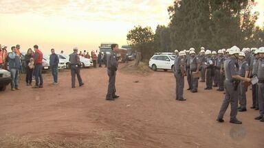 PM e Justiça retiram 270 famílias do acampamento Novo Horizonte em Araraquara, SP - Área estava ocupada desde 2015.