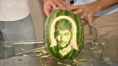 Cozinheiro esculpe melancias com rostos de jogadores - Saiba mais em g1.com.br/ce