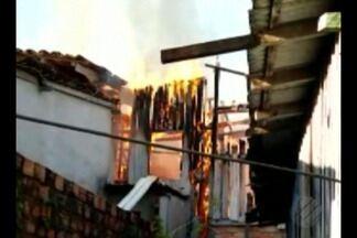 Famílias ficam desabrigadas após incêndio que atingiu 8 casas no Marco, em Belém - Fogo deixou 7 residências totalmente destruídas na última segunda-feira (18). Famílias desabrigadas precisam de alimentos não perecíveis, materiais de higiene, roupas e colchões.