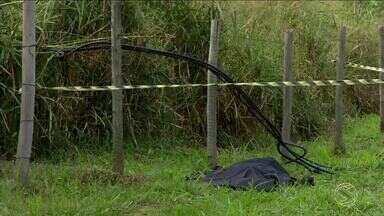 Corpo de homem é encontrado às margens da Via Dutra, em Barra Mansa, RJ - Segundo PRF, ele estava em um gramado, ao lado da pista sentido SP, na altura da Vila dos Remédios. Suspeita é de que homem estaria tentando roubar fiação e foi eletrocutado.