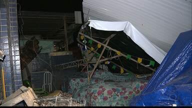 Teto de supermercado desaba no Rangel, em João Pessoa - Uma família que estava dentro do carro e dois pedestres foram atingidos.