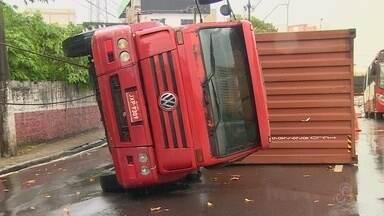 Contêiner cai após carreta tombar na Av. Umberto Calderaro, em Manaus - Trânsito foi prejudicado na via, nesta segunda-feira (18).