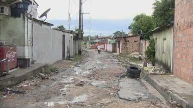 Rua esburacada e esgoto a céu aberto prejudica moradores do bairro Mutirão, em Manaus - Moradores dizem que problema se agravou após uma obra ser realizada nas proximidades.