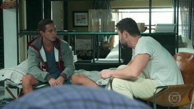 Márcio desconfia do envolvimento de Rafael com Gabriela - O rapaz vê que Gabi também vai ao Prêmio e entende por que o pai decidiu não levá-lo