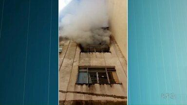 Prédio pega fogo no centro de Pato Branco - Alguns vizinhos precisaram ser socorridos.