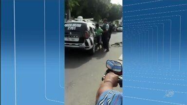 Policiais são flagrados agredindo suspeito de roubo já rendido - Confira mais notícias em g1.globo.com/ce