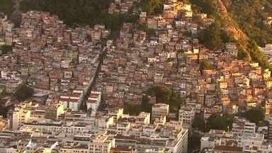 Policiais Militares fizeram uma operação no morro do Pavão Pavãozinho, na zona sul do Rio - Dava para ouvir o barulho dos tiros em vários pontos de Copacabana. Os moradores registraram o intenso tiroteiro.Policiais da Unidade de Polícia Pacificadora começaram a combater o tráfico de drogas às seis e meia da manhã.