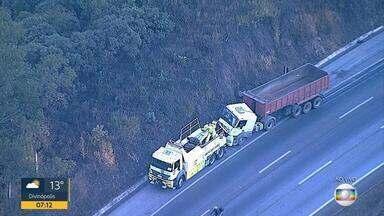 Acidente entre carro e caminhão prejudica o trânsito na BR-040, em Nova Lima - Batida entre caminhão e carro foi no sentido Rio de Janeiro.