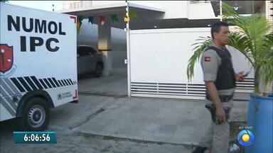Homem tem apartamento invadido por suspeitos e é morto a tiros em João Pessoa - Dois suspeitos arrombaram porta do apartamento e executaram a vítima a tiros.