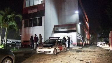 Bandidos assustam moradores da zona leste de SP com sequência de roubos - Criminosos assaltaram clientes numa agência bancária, roubaram entregador de pizza e levaram um carro onde estavam duas senhoras.