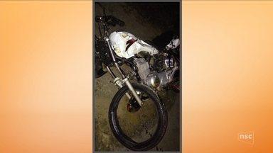 Dois homens morrem em acidente entre carro e moto na BR-470 - Dois homens morrem em acidente entre carro e moto na BR-470