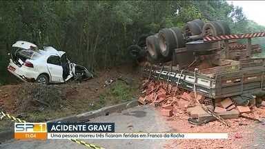 Uma pessoa morreu e três ficaram feridas num acidente em Franco da Rocha, na Grande SP - Batida entre ônibus, dois carros e uma moto foi na Rodovia Tancredo Neves.