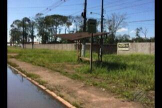 Usuários do transporte público de Belém reclamam da precariedade das paradas de ônibus - Há usuário que se esconde do sol atrás de poste devido a falta de cobertura do abrigo