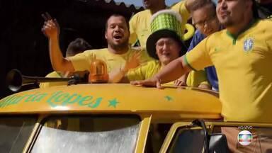 Kombi faz a festa dos torcedores em Taguatinga - A kombi foi comprada por um grupo de amigos e, de quatro em quatro anos, sai da garagem para animar a torcida nos jogos do Brasil.