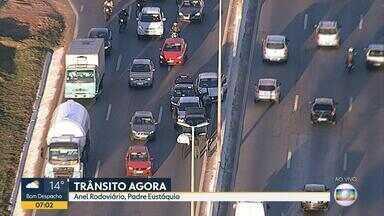 Acidentes complicam o trânsito no Anel Rodoviário, na Região Noroeste de Belo Horizonte - Engavetamento com quatro carros foi no sentido Vitória e acidente com motociclista foi no sentido Rio de Janeiro.