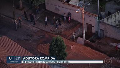 Adutora se rompe e prejudica fornecimento de água na Região Oeste de BH - Duas casas foram parcialmente interditadas. Uma 'enxurrada' afetou duas ruas do bairro Estrela do Oriente.