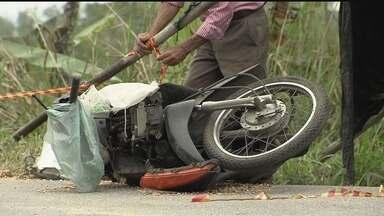 Acidente deixa dois mortos e pacientes de hemodiálise feridos em Santos - Acidente envolvendo moto, carro e van que transportava pacientes para hospitais deixou 13 feridos, seis em estado grave. O motociclista morreu no local, e um passageiro da van morreu o hospital.