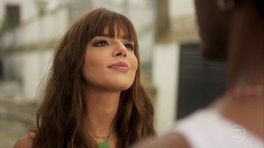 Rochelle tenta conquistar Acácio - A garota procura o namorado da irmã e o convida para curtir a noite