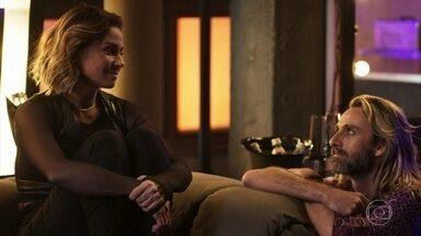 Luzia afirma a Groa que Beto seria um bom pai para seus filhos - Após ser rejeitada por Manuela, a DJ desabafa com o amigo e explica que se sente muito sozinha