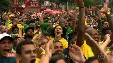 Milhares de torcedores comemoram a vitória do Brasil em jogo contra o México - O jogo do Brasil mudou a cara da segunda-feira. A semana começou diferente, com jeitão de feriado.