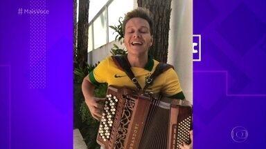 Michel Teló comemora eliminação do México - Cantor faz versão da música 'Bella Ciao' no acordeão