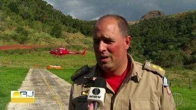 Esforço dos bombeiros de Petrópolis, RJ, é grande contra incêndios em áreas de vegetação - Assista a seguir.