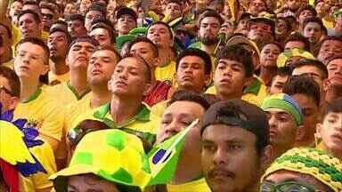 Torcida lota Morro da Liberdade, em Manaus, para jogo do Brasil - Rua é uma das mais enfeitadas de Manaus