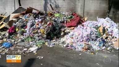 Ruas estão tomadas de lixo na zona norte de São Paulo - Duas ruas da Vila Guilherme amanheceram com lixo e restos de tecidos. Prefeitura diz que são pontos viciados de descarte irregular.