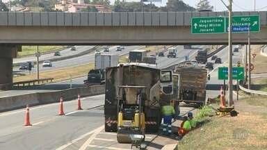 Rodovia Dom Pedro tem obras no km 137, perto do acesso à Avenida Guilherme Campos - As equipes fazem reparos no asfalto. Os trabalhos acontecem no sentido Jacareí (SP), na marginal da rodovia. A faixa da direita está bloqueada.