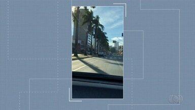 Telespectador envia foto de lâmpadas de postes ligados em plena luz do dia, em Goiânia - Flagrante foi feito na Avenida T-63.