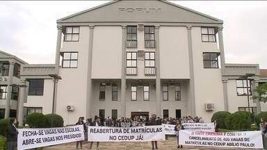 Alunos e professores protestam contra o fechamento de vagas em Cedups - Alunos e professores protestam contra o fechamento de vagas em Cedups