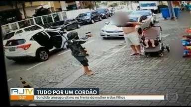 Câmeras de segurança flagram assalto a uma família em uma calçada em Charitas, Niterói - A família estava na calçada em Charitas e um dos criminosos para o carro para roubar um cordão. Ninguém se feriu.