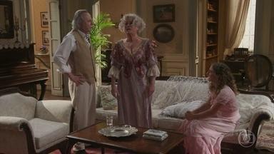 Ofélia não deixa Lídia contar para o pai que está grávida - Ela inventa uma desculpa e leva a filha para conversar no quarto
