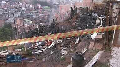 Incêndio em favela da Zona Norte da Capital mata casal e dois filhos - Pelo menos cinco barracos ficaram destruídos na Favela da Tribo, na região da Vila Brasilândia. No primeiro semestre, foram 75 incêndios em comunidades de São Paulo.
