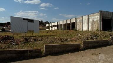 Obra de escola em Álvares Machado causa indignação de moradores - Construção da unidade escolar já deveria ter sido entregue.