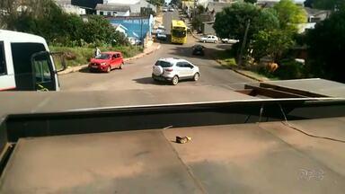 Morador reclama de esquina perigosa no bairro Boqueirão - Além do movimento intenso, motoristas abusam da velocidade no cruzamento.