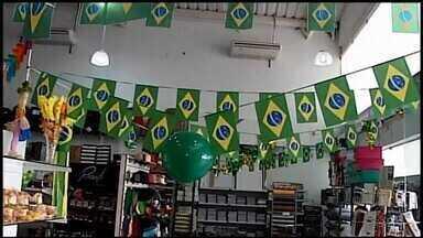 Com desempenho do Brasil da Copa, comércio está mais otimista em Araxá - MGTV apurou que vendas começaram a aumentar. A seleção brasileira entra em campo nesta sexta-feira (6) pelas quartas-de-final da Copa do Mundo.