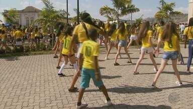Torcedores dançam e torcem pelo Brasil na Copa em Areado (MG) - Torcedores dançam e torcem pelo Brasil na Copa em Areado (MG)