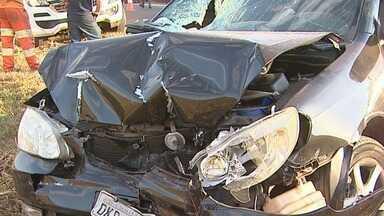 Motorista fica ferido em acidente na rodovia José Fregonesi em Ribeirão Preto, SP - No caminhão, pouco estrago, mas o carro ficou com a frente toda amassada. O motorista foi levado para o hospital.
