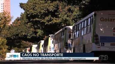 Passageiros reclamam de falta de ônibus do transporte coletivo em Goiânia - Empresa relata que suspendeu planilha de férias e voltou a quadro normal, mas usuários não sentem diferença.