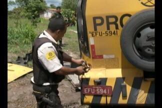 Criminosos assaltam e incendeiam carro-forte na rodovia BR-010, no Pará - Crime ocorreu na manhã desta quinta-feira (5), próximo ao município de Irituia, no nordeste do estado. Notas de dinheiro ficaram espalhadas pela rodovia. Polícia investiga o caso.
