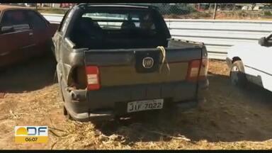 Polícia Rodoviária Federal atende ocorrência de capotagem de carro roubado na BR-070 - Motorista não tinha Carteira Nacional de Habilitação e estava bêbado.