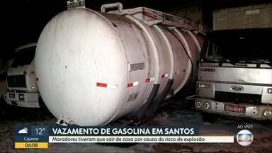 Caminhão-tanque carregado com gasolina tomba em Santos, no litoral paulista - Combustível derramou próximo a bairro residencial de Santos. Moradores tiveram que sair de casa por causa do risco de explosão.