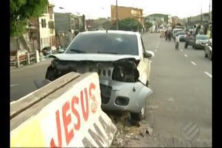 Carro bate na mureta da ponte do Barreiro, em Belém - Carro bate na mureta da ponte do Barreiro, em Belém